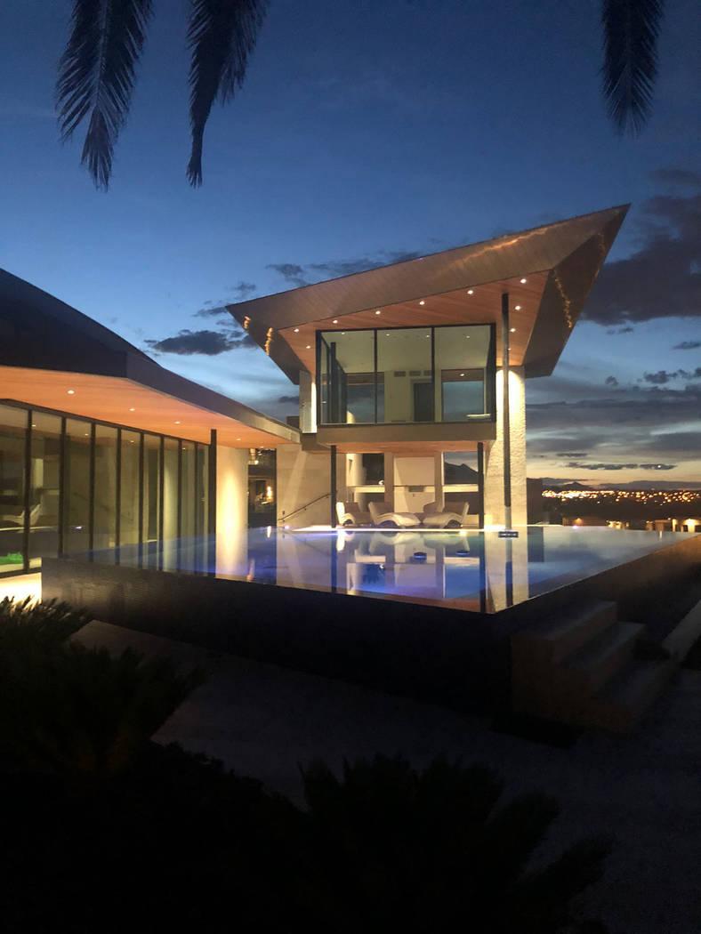 La casa tiene un diseño moderno. (Berkshire Hathaway HomeServices)