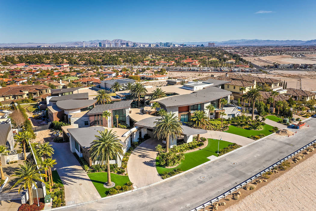 La casa de Spanish Hills está en la lista por casi $30 millones, y se asienta sobre 2 acres. ( ...