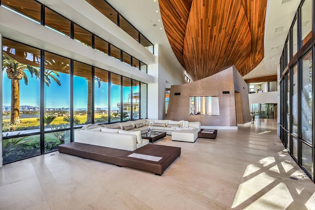 La gran sala tiene un techo de madera roja de 24 pies de altura y tiene forma de barcos. (Berks ...