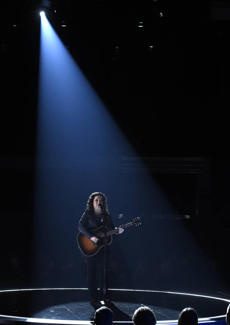"""Ashley McBryde interpreta """"Girl Goin' Nowhere"""" en la 54ª edición anual de los Premios de la A ..."""