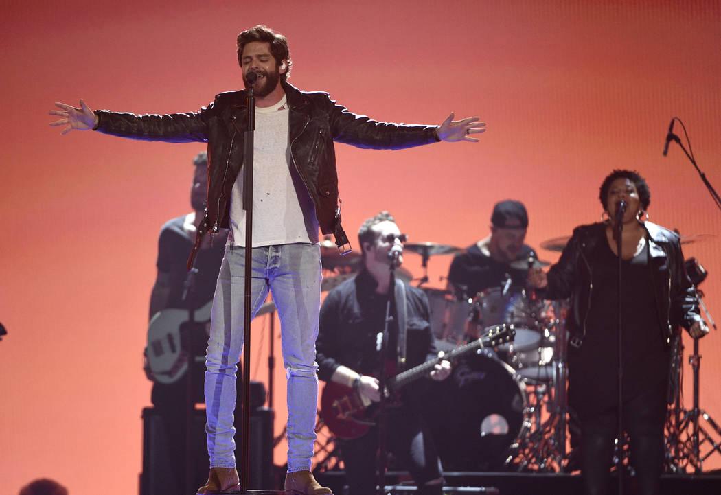 """Thomas Rhett canta """"Look What God Gave Her"""" en la 54ª edición anual de los Premios de la Acad ..."""