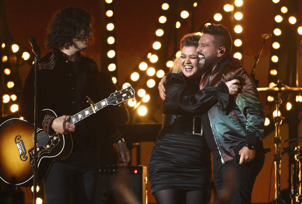 Dan Smyers, a la izquierda, y Shay Mooney, a la derecha, de Dan + Shay, y Kelly Clarkson reacci ...