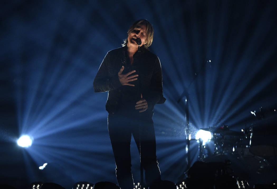 """Keith Urban canta """"Burden"""" en la 54ª edición anual de los Premios de la Academia de Música C ..."""