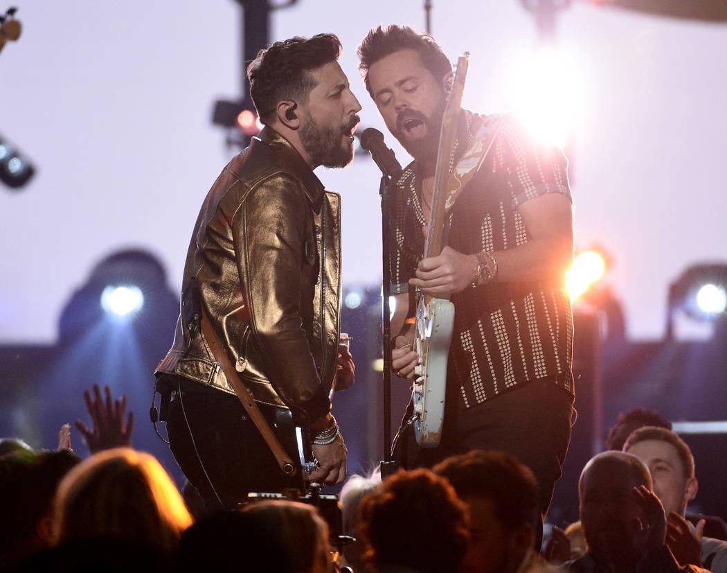 """Matthew Ramsey, a la izquierda, y Brad Tursi, de Old Dominion, interpretan """"Make It Sweet"""" en l ..."""