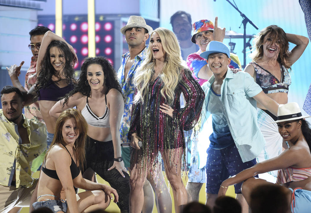 """Carrie Underwood, centro, canta """"Southbound"""" en la 54ª edición anual de los Premios de la Aca ..."""