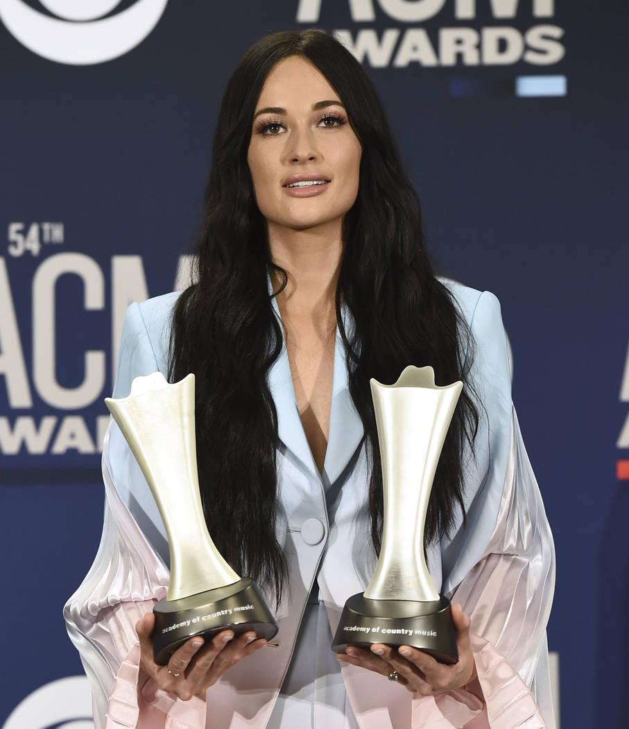 """Kacey Musgraves posa en la sala de prensa con los premios al álbum del año por """"Golden Hour"""" ..."""