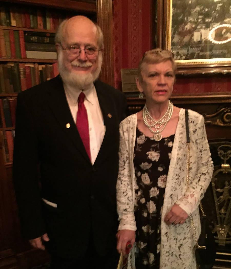 Dr. Thomas Burchard y su novia, Judy Earp (Cortesía)