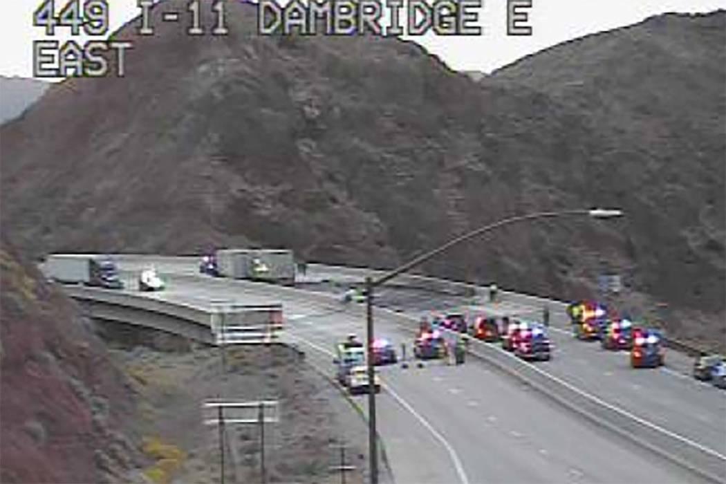 Un camión con remolque de UPS sufrió graves daños en un choque frontal con otro vehículo en ...