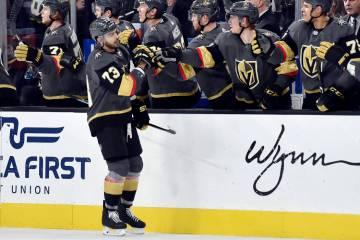 El alero de los Golden Knights de Las Vegas, Brandon Pirri (73), recibe fist bumps de sus compa ...