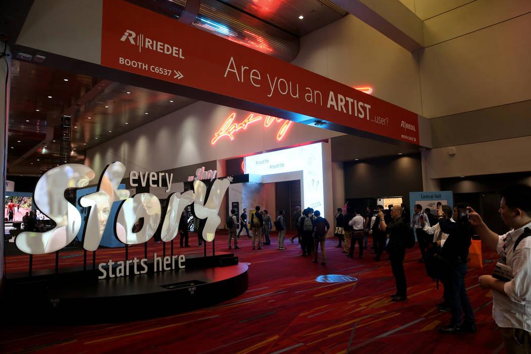 Los asistentes a la convención llegan el día de la inauguración de la National Association o ...