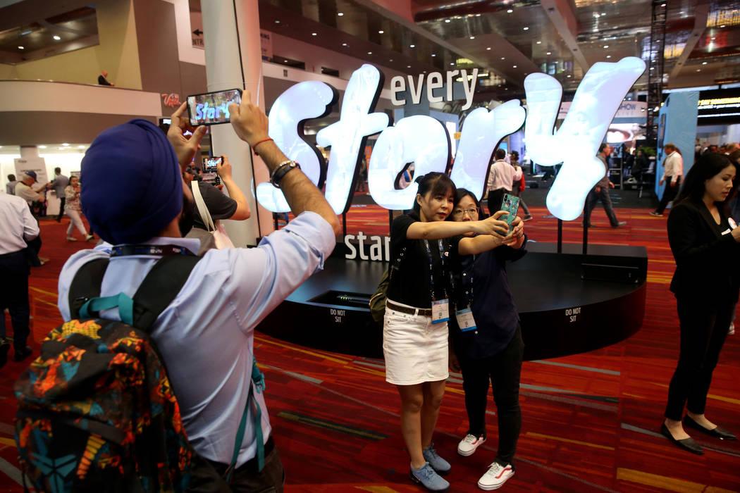 Kai Huang, a la izquierda, y Gechun Xiao de China, se toman una selfie en el día de la inaugur ...
