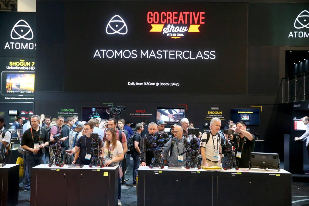 Los visitantes pueden ver los monitores de cámaras en el stand de Atomos el día de la inaugur ...