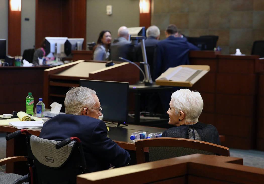 El ex senador estadounidense Harry Reid, a la izquierda, y su esposa, Landra Gould, conversan m ...