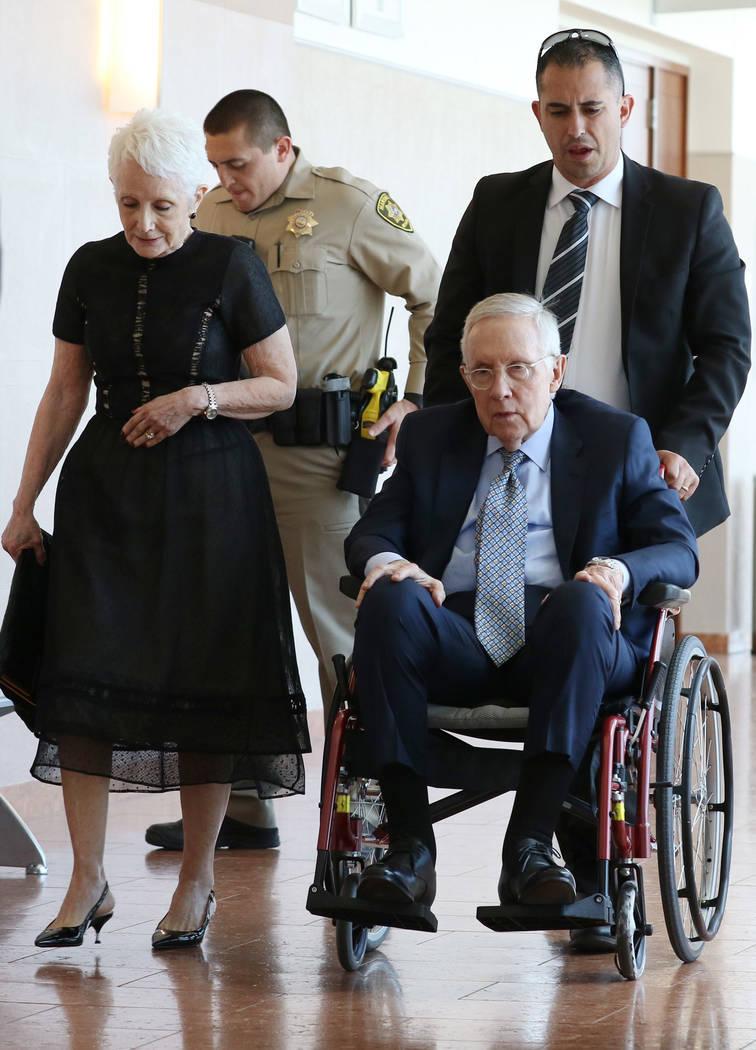El ex senador estadounidense, Harry Reid y su esposa, Landra Gould, salen de un tribunal en el ...