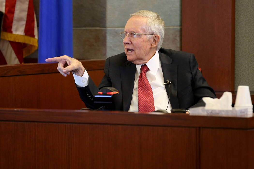 El ex senador estadounidense, Harry Reid, testifica en la sala del tribunal en el Centro de Jus ...