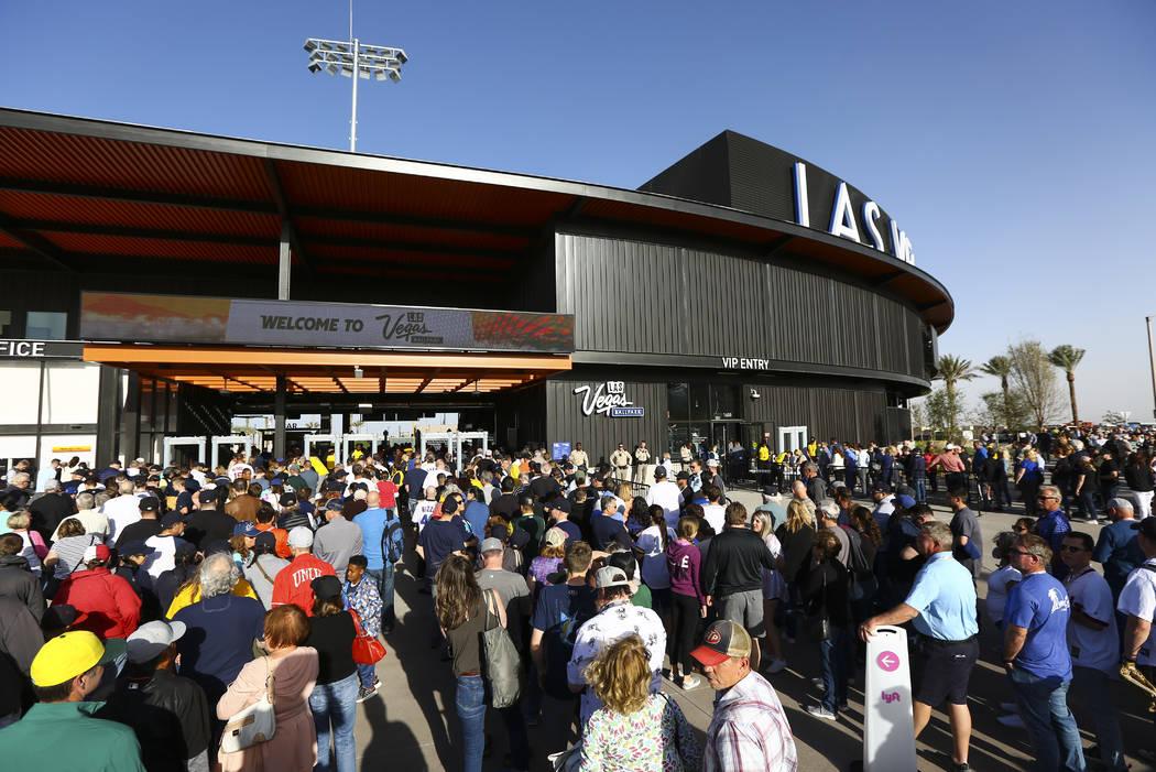 Los fans hacen fila para ingresar al estadio de béisbol de Las Vegas para el primer partido de ...