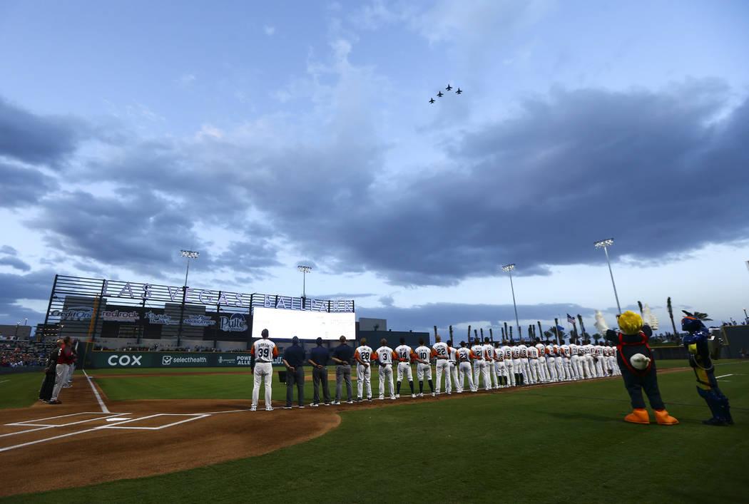 Los pilotos de la Base de la Fuerza Aérea Nellis, vuelan sobre el campo antes del inicio de la ...