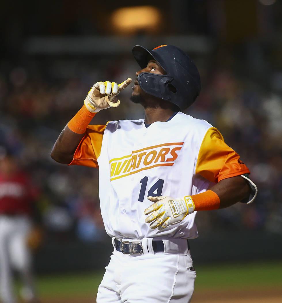 El campocorto de los Aviators de Las Vegas, Jorge Mateo (14), celebra en primera base después ...