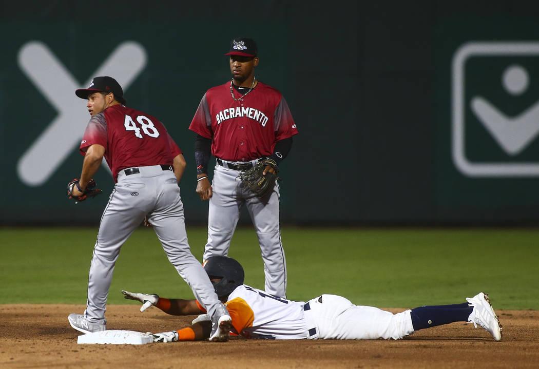 El campocorto de los Aviators de Las Vegas, Jorge Mateo (14), es eliminado por el segunda base ...