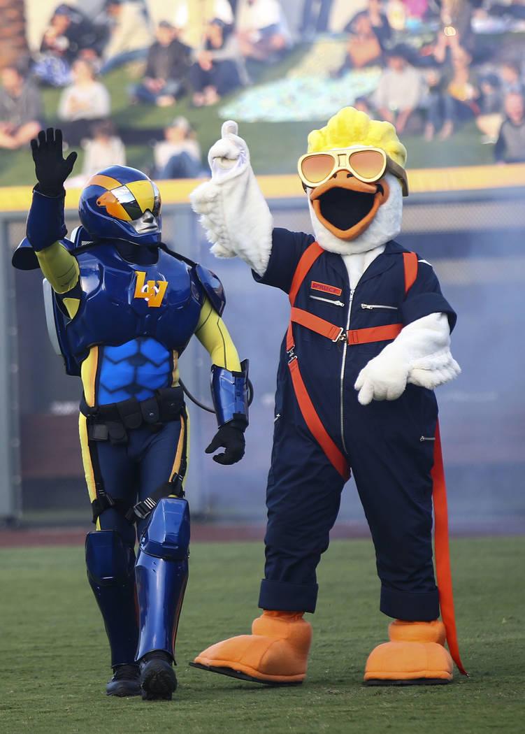 Spruce the Goose, a la derecha, presenta a Mr. Aviator antes del primer partido de la casa de L ...