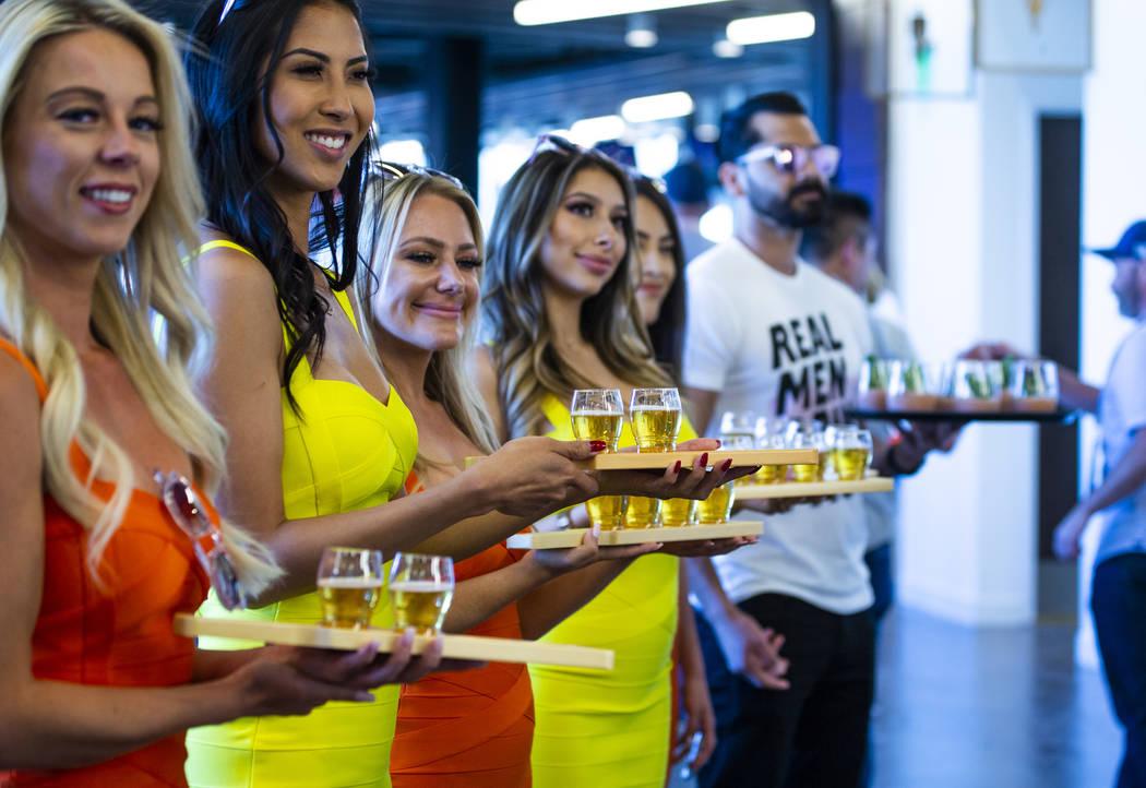 Los servidores de cócteles esperan a los fans en el bar de arriba antes de la apertura de la c ...