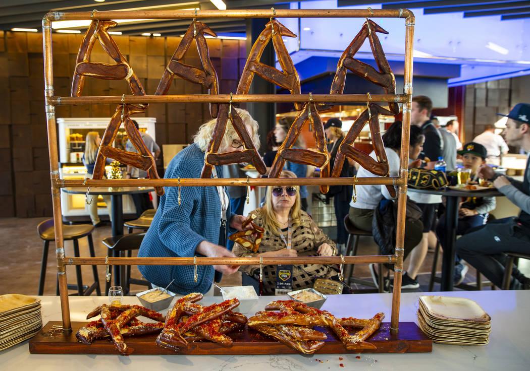 """Los pretzels con forma de """"A"""" se encuentran entre la multitud de alimentos que se venden antes ..."""