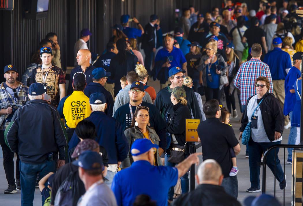 Los fans corren a lo largo del estadio antes de la apertura de la casa de Los Vegas Aviators el ...