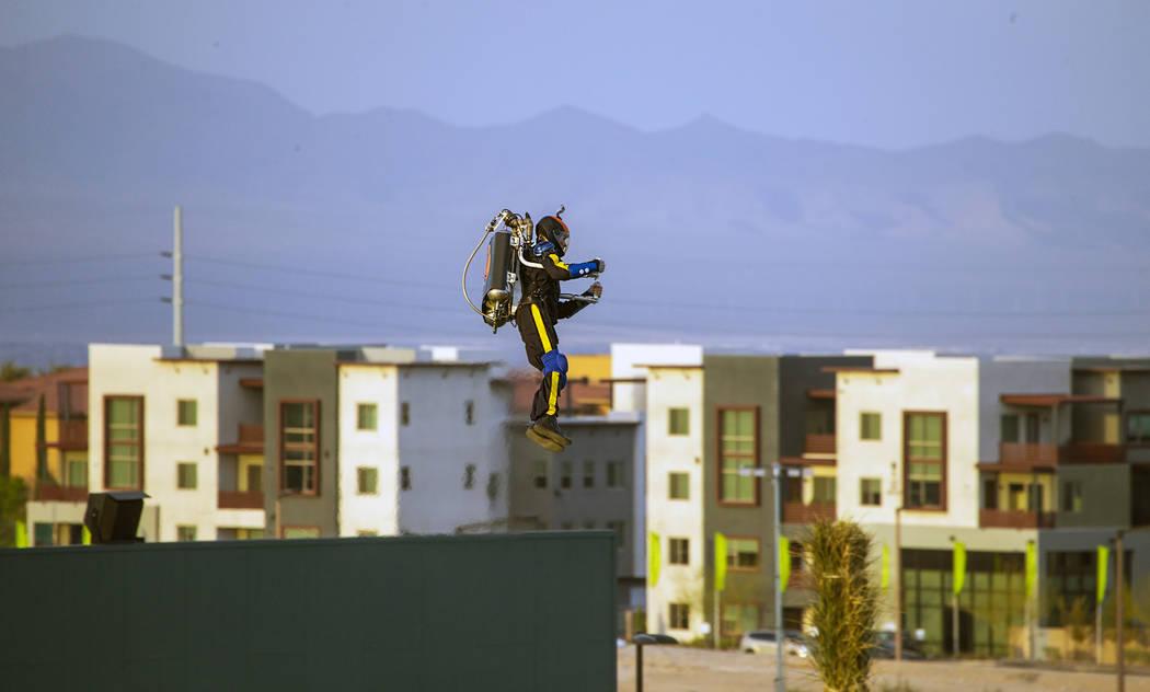 El Aviador entra en el estadio antes del partido de apertura de la casa de Los Vegas Aviators e ...