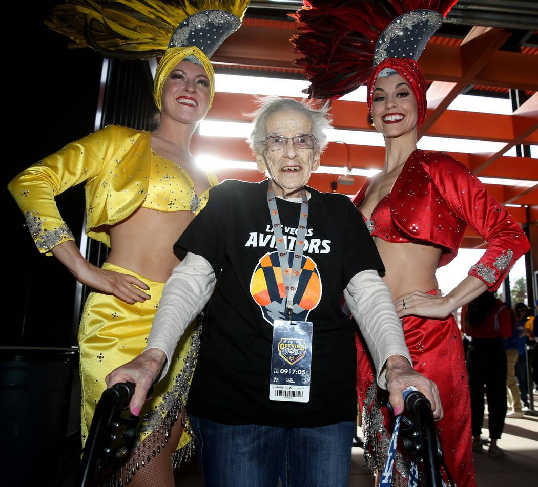 Valeria Greene, de 95 años, de Las Vegas, posa con las modelos Jen Vossmer, a la izquierda y B ...