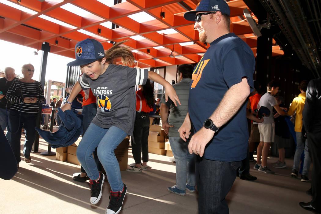 Robert Gallegos, de 35 años y su hija Zariah, de 10 años, celebran el ingreso al estadio de b ...