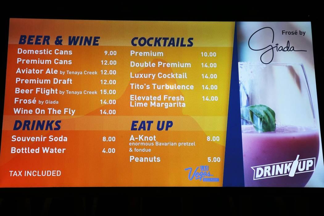 Los precios de alimentos y bebidas se muestran en la noche de apertura del estadio de los Aviat ...