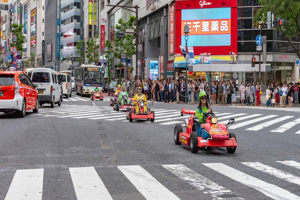 """Los participantes compiten en una carrera de """"Mario Kart"""" en Shibuya, Tokio. (Getty Images)"""