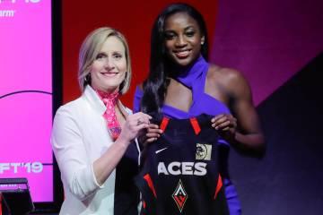 Jackie Young de Notre Dame, a la derecha, posa para una foto con la COO de la WNBA, Christy Hed ...
