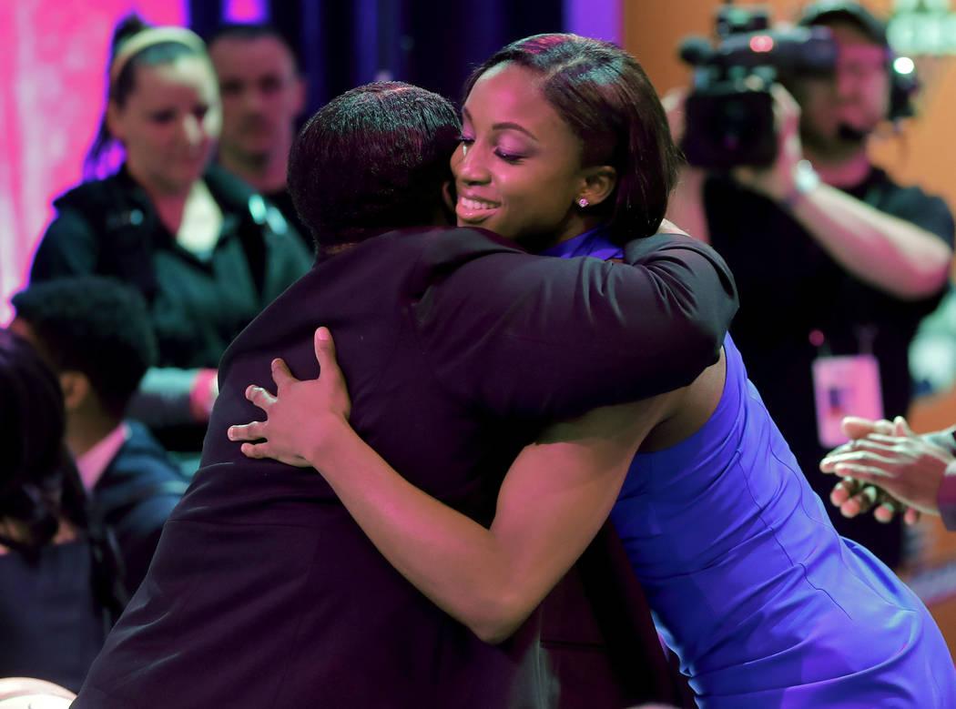 Jackie Young, de Notre Dame, abraza a un familiar luego de ser seleccionada por las Aces de Las ...
