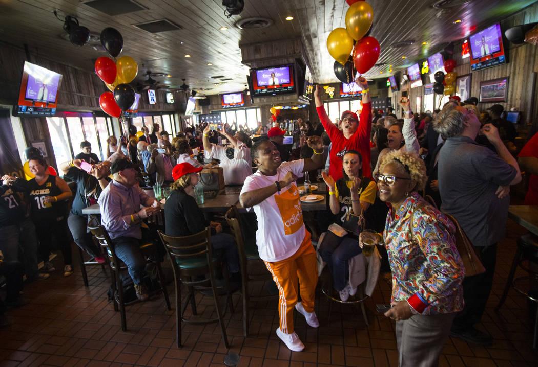 """Los fans de Las Vegas Aces, incluida la centro: """"Gee"""" Brown, celebran después de que Jackie Yo ..."""