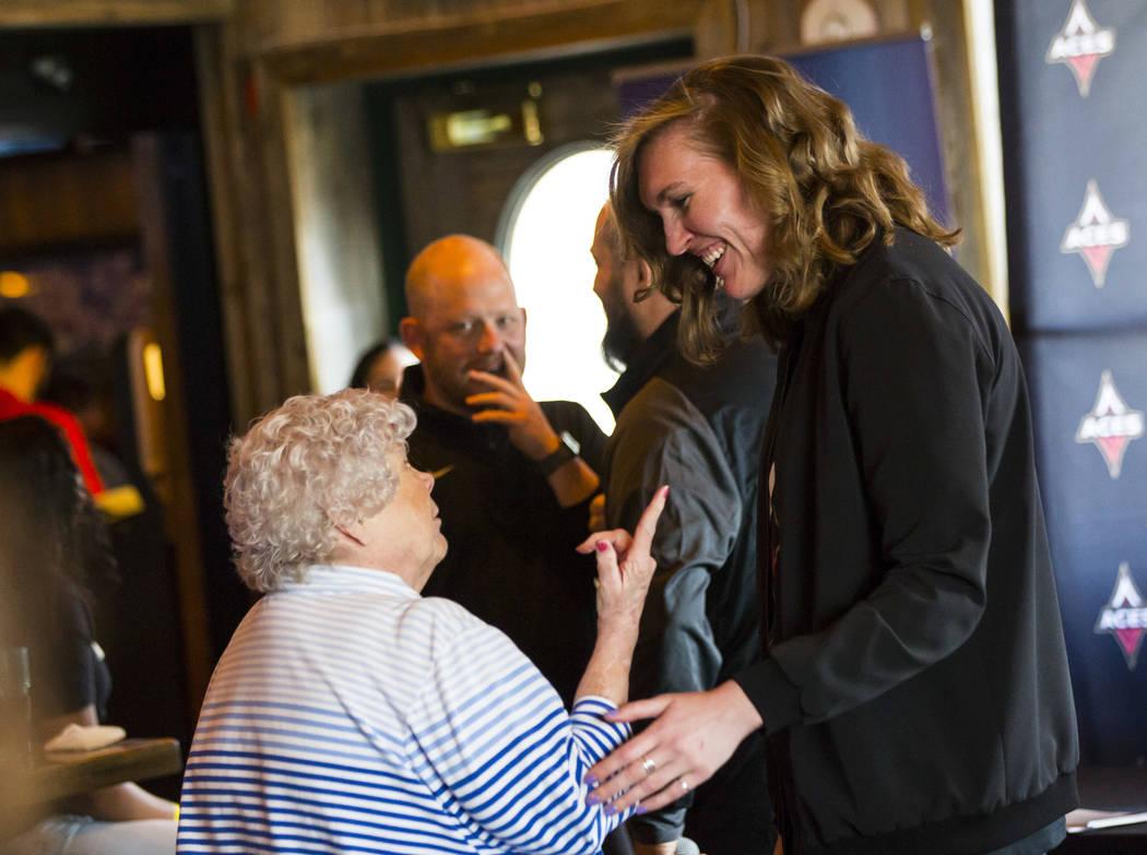 La jugadora de Las Vegas Aces, Carolyn Swords, a la derecha, conversa con Jan Jones durante una ...