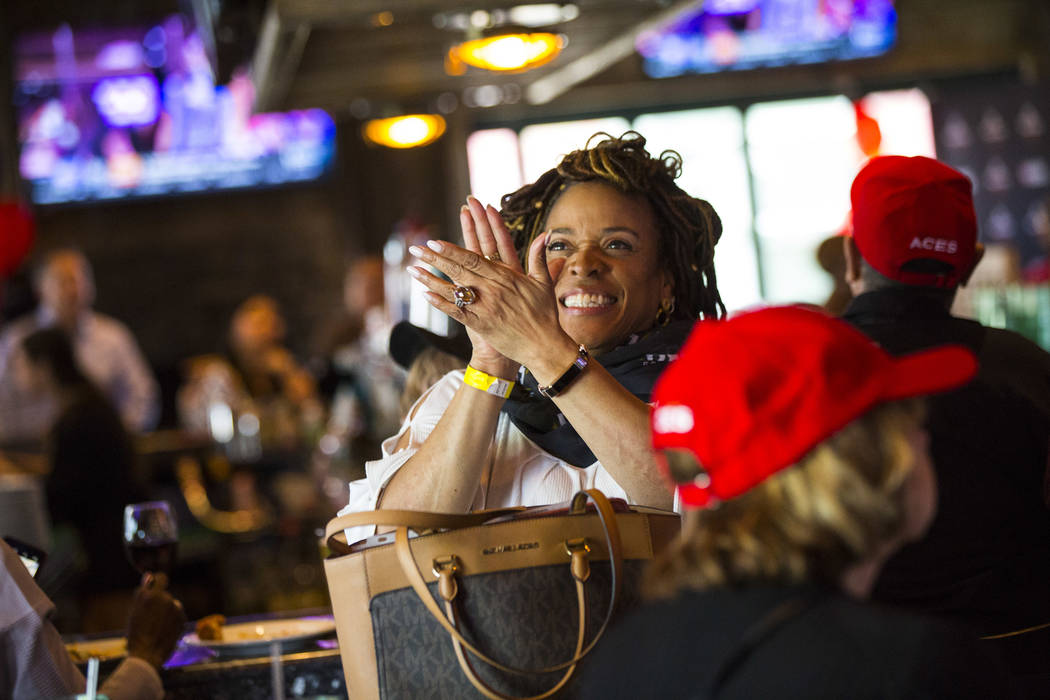 La fan de Las Vegas Aces, Karmen Miller, celebra después de que Jackie Young, de Notre Dame, f ...