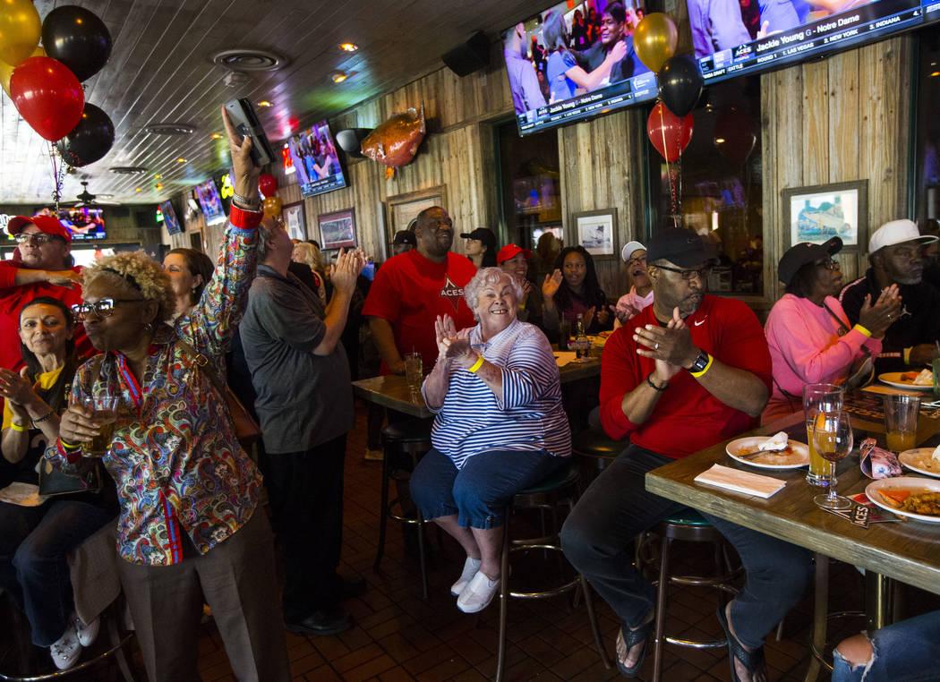 Los fans de Las Vegas Aces, entre ellos la centro, Jan Jones, celebran después de que Jackie Y ...