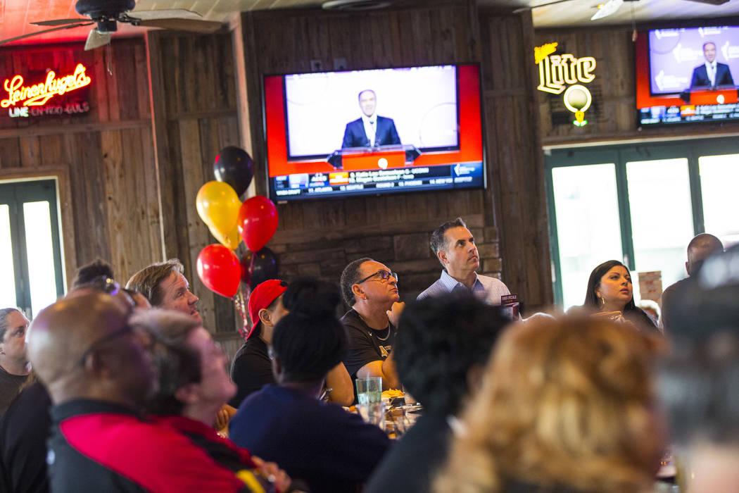 Los partidarios de Las Vegas Aces ven el draft de la WNBA en Miller's Ale House en Las Vegas el ...