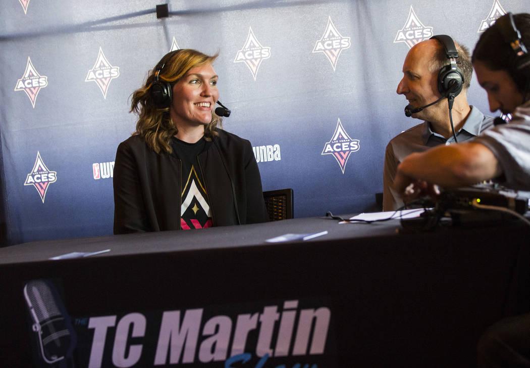 La jugadora de Las Vegas Aces, Carolyn Swords, es entrevistada por TC Martin durante una fiesta ...