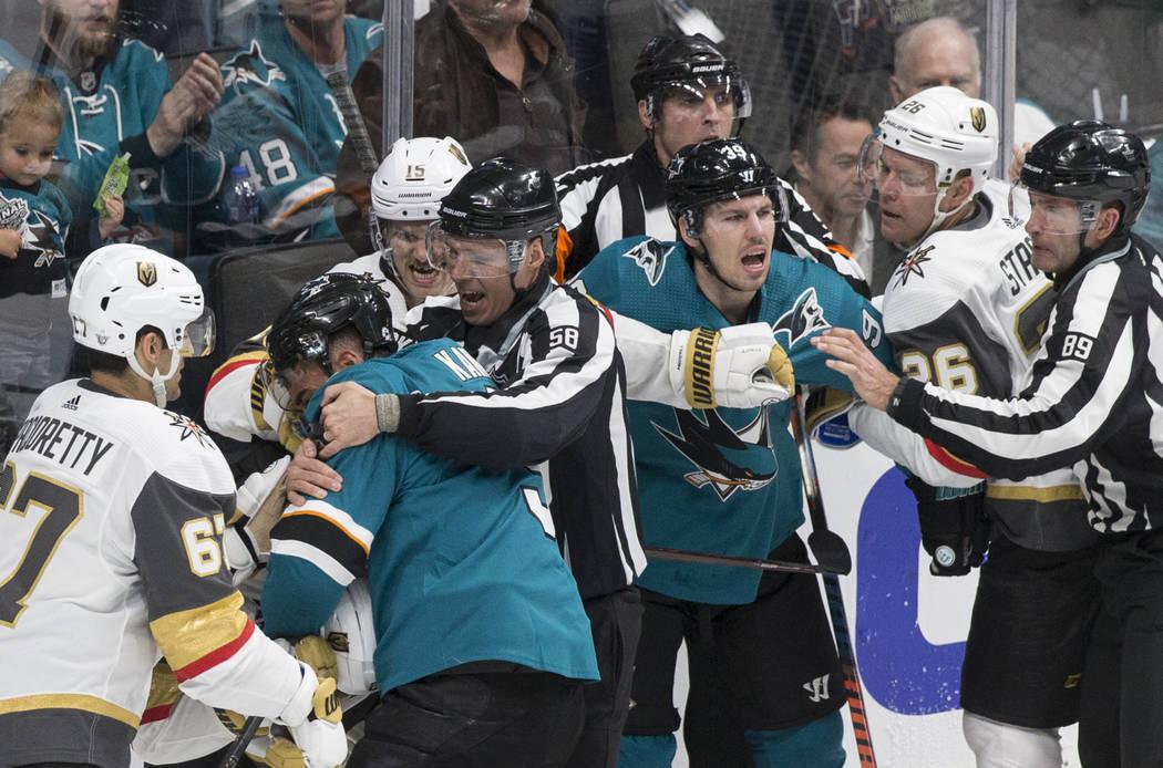 Los Golden Knights y los San José Sharks pelean en el primer período durante el juego uno de ...