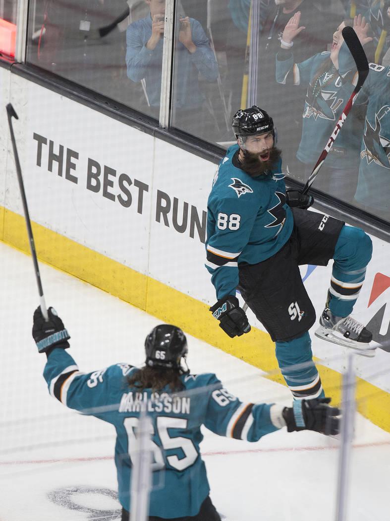 El defensa Brent Burns (88) de los San José Sharks, celebra con su compañero Erik Karlsson (6 ...