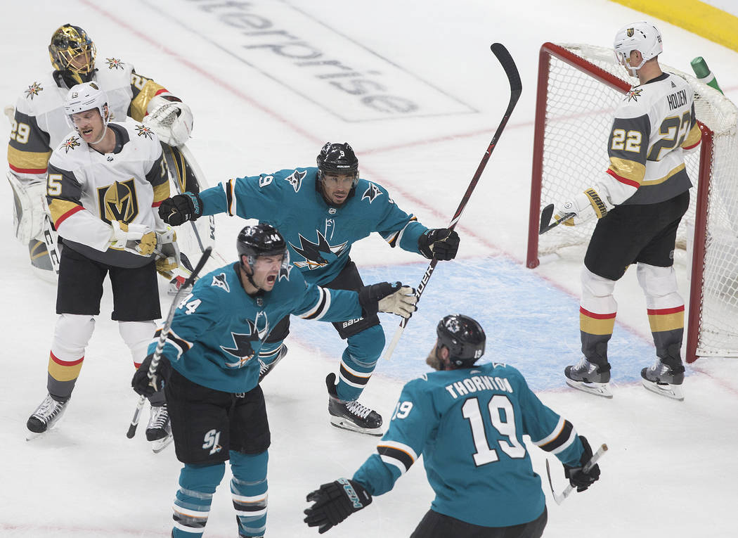 El defensa Marc-Edouard Vlasic (44) de los San José Sharks, celebra con sus compañeros Joe Th ...