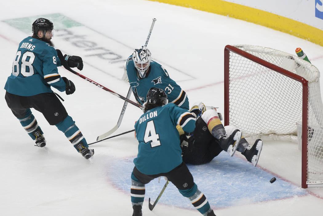El portero de los San José Sharks, Martin Jones (31), hace un bloqueo en el tercer período du ...