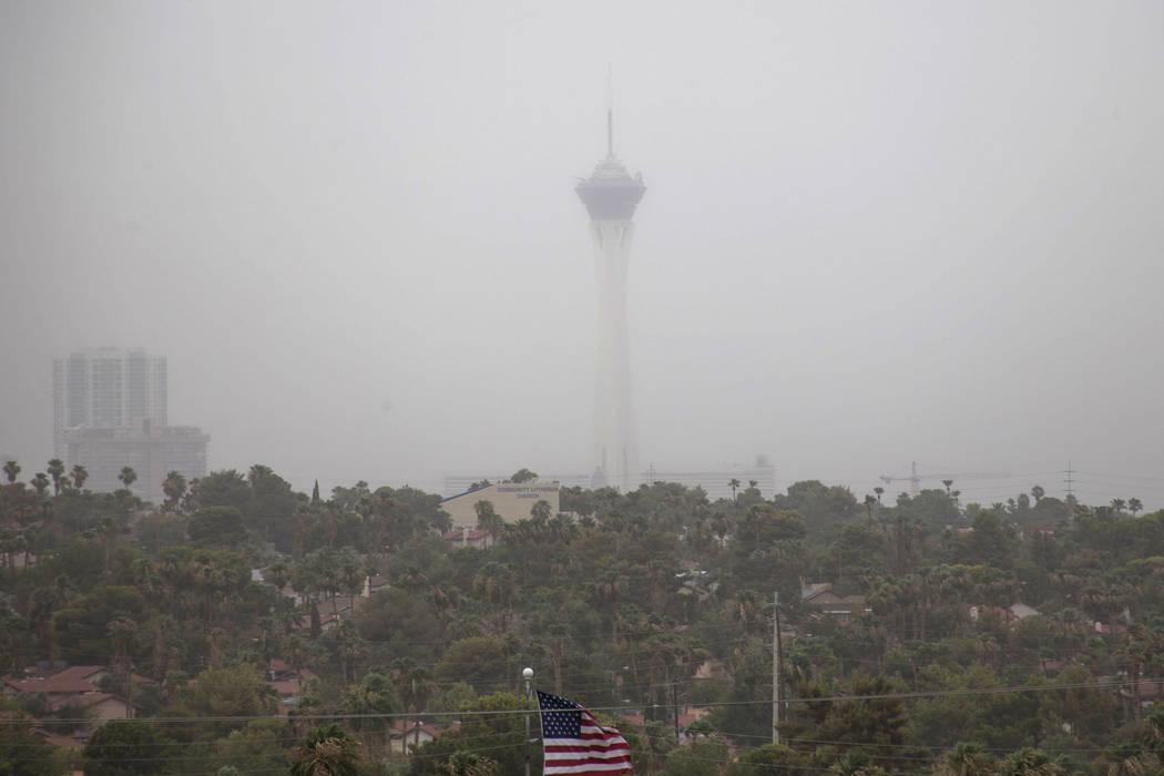 El clima ventoso que sopla el polvo, puede poner a los residentes del valle de Las Vegas en rie ...