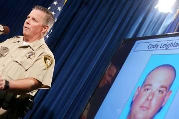 El asistente del Alguacil del Condado de Clark, Todd Fasulo, muestra una foto de Cody Leighland ...