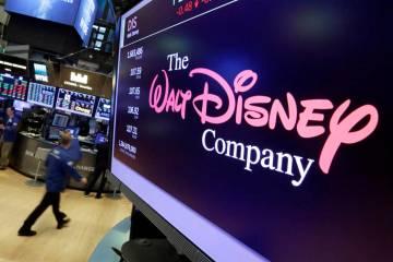El logotipo de Walt Disney Co. aparece en una pantalla sobre el piso de la Bolsa de Nueva York. ...