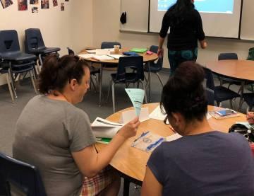 Archivo.- Dos madres de familia revisan material del Programa Proyecto Familiar, en un curso de ...