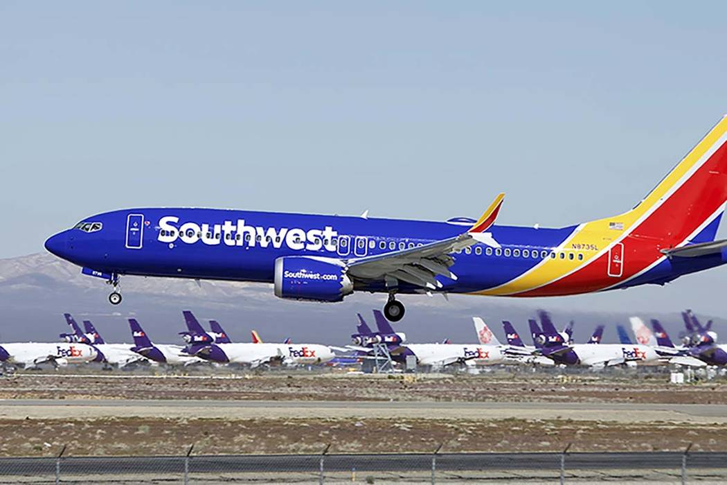 Un avión Boeing 737 Max de Southwest Airlines, aterriza en Victorville, California, el 23 de m ...