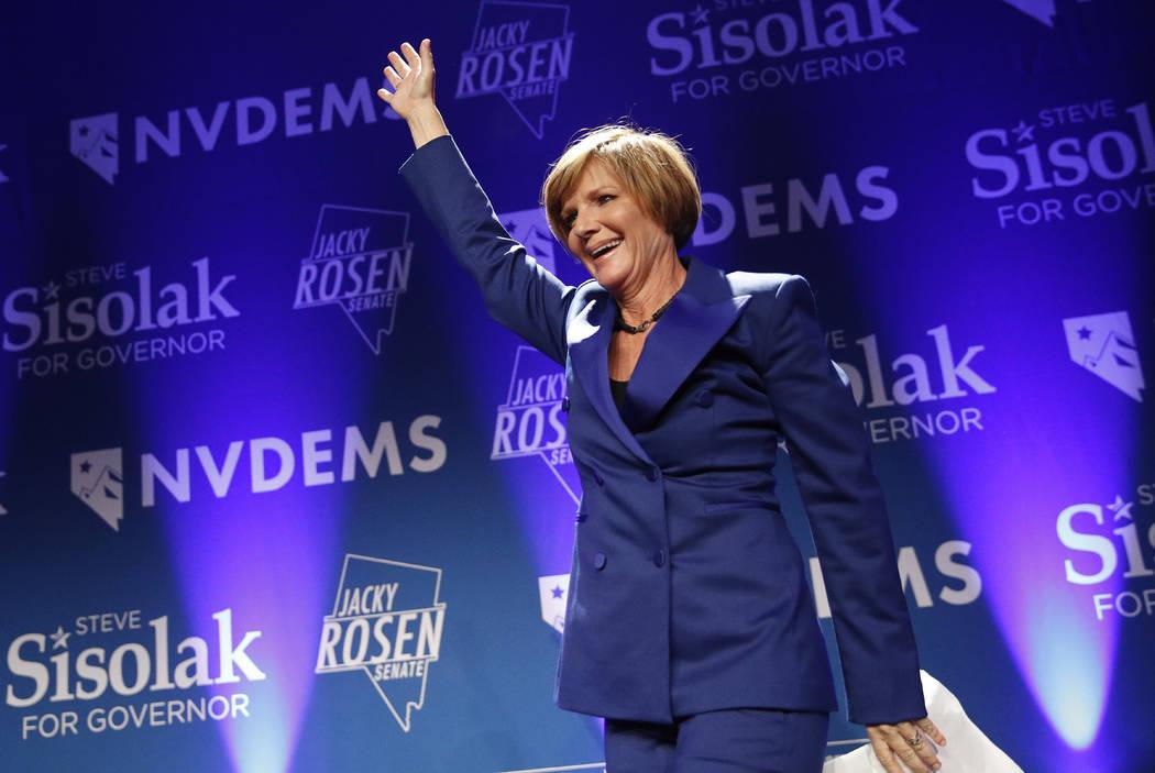 Susie Lee, candidata demócrata para el tercer distrito del Congreso de Nevada, sube al escenar ...